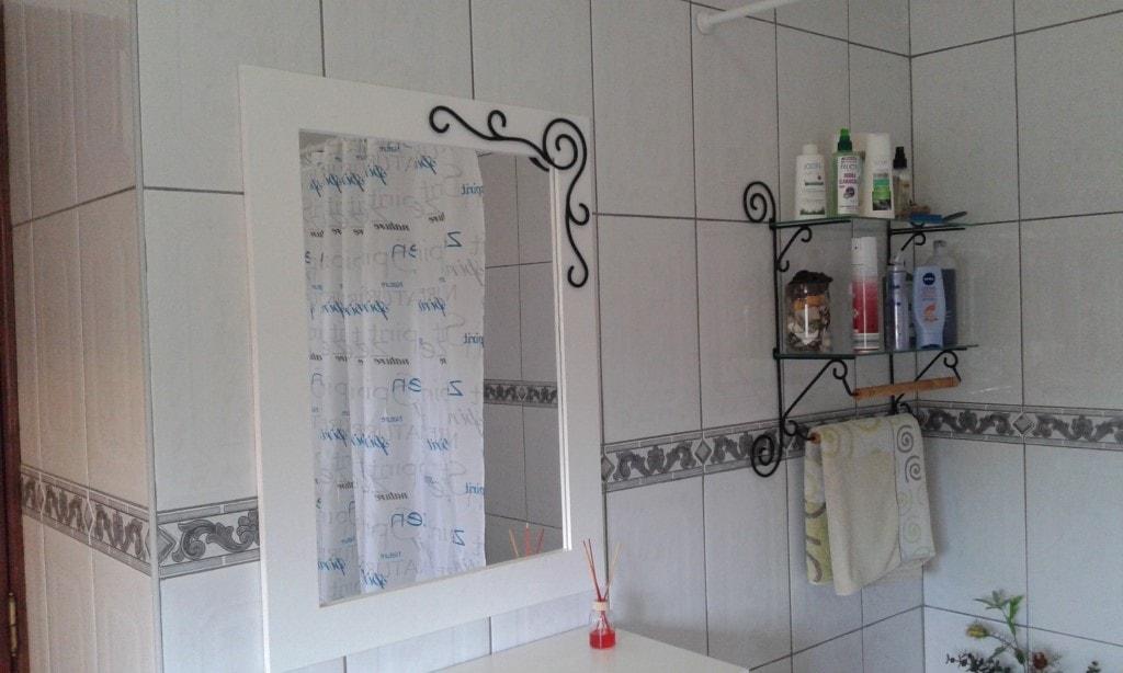 Espelho e prateleira de WC