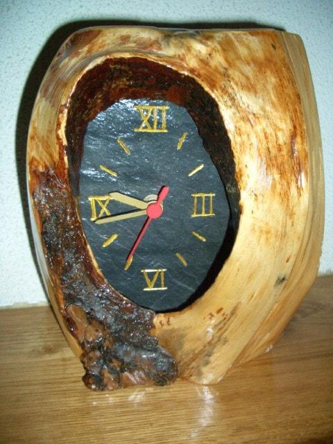 Relógio de xisto em pedaço natural de pinho
