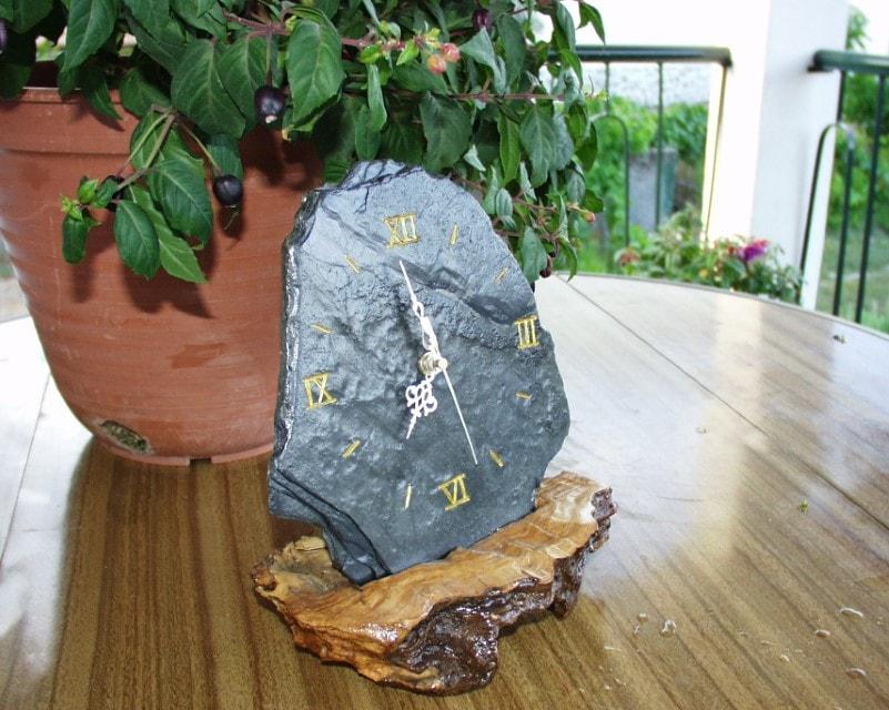 Relógio de xisto em pedaço de oliveira