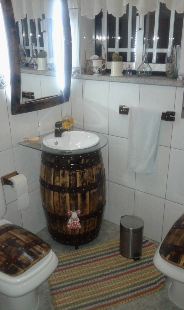 WC completo (Lavatório, espelho, tampo de sanita e bidé, toalheiro e dispensador de papel)