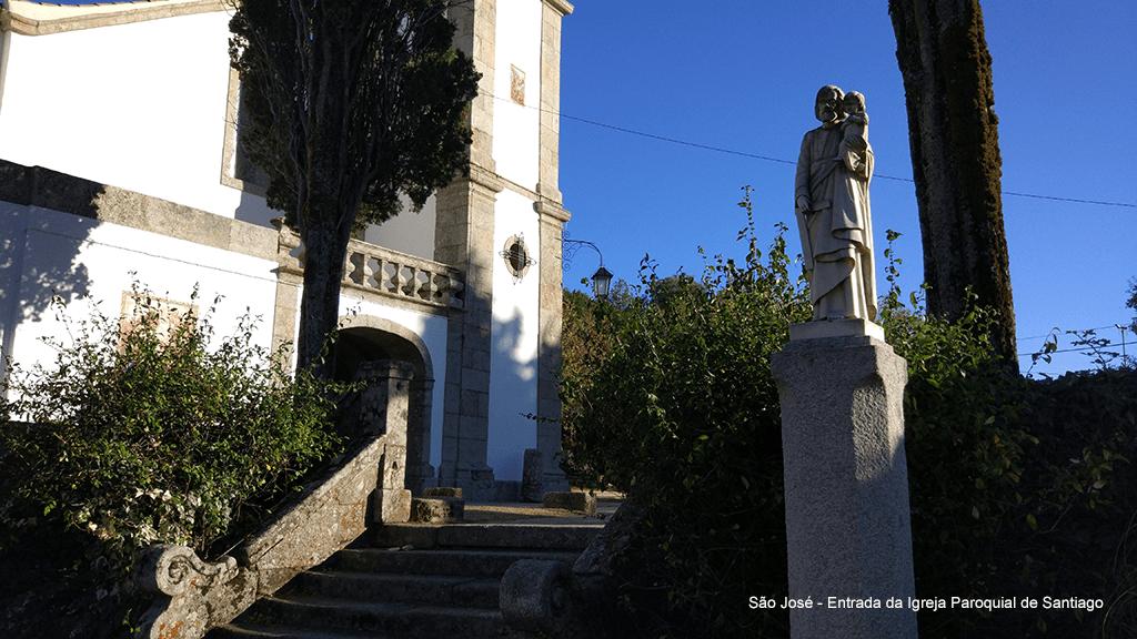 São José à entrada da igreja paroquial de Santiago