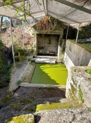 Fontanário e tanque de lavagens públicos em Fundões
